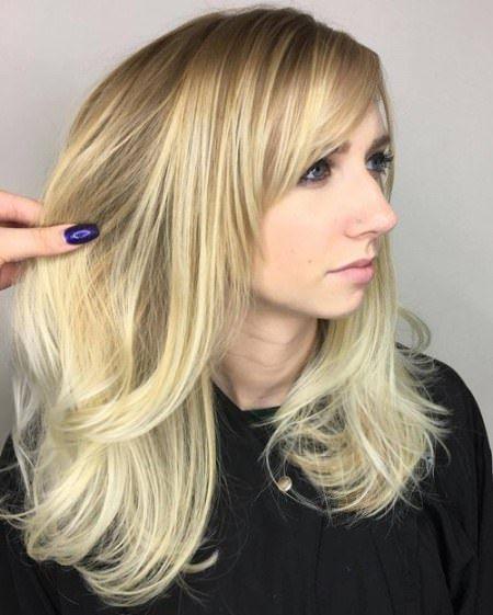20 Coupe de cheveux en couches avec une frange longue
