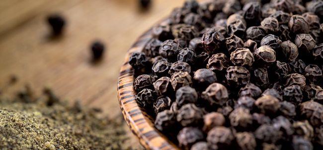 21 Avantages étonnants du poivre noir (kali mirch) pour la peau, les cheveux et la santé
