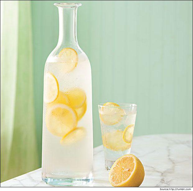 Avantages de boire l`eau de citron au miel et au citron pour poids-perte