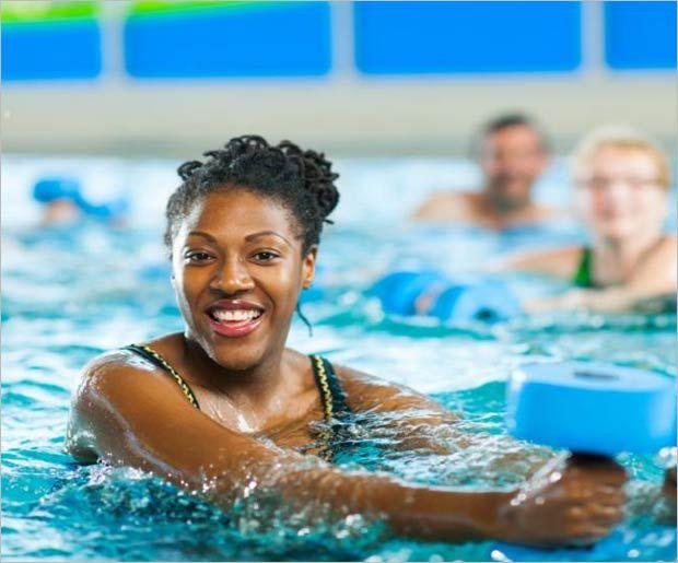 Exercices d`aérobic Aqua pour les débutants
