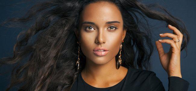 Conseils de maquillage de base pour les beautés à la peau foncée