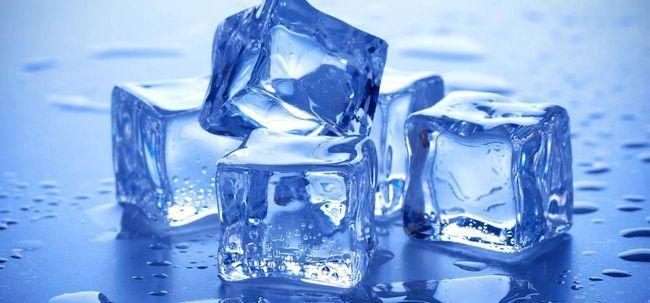 Beauté avec des cubes de glace