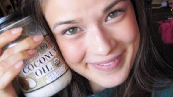L`huile de coco pour le visage (en utilisant l`huile de noix de coco sur le visage)