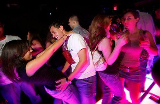 Comment danser avec une fille dans un club?