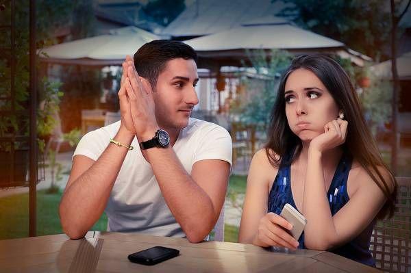 Comment savoir si une fille timide vous aime?